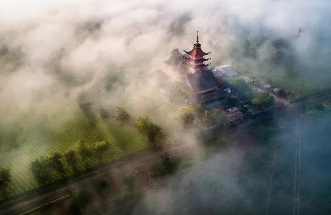 Chùa Bửu Minh trong sương sớm. Ngôi chùa nằm cạnh nương chè là điểm du lịch tâm linh nổi tiếng của Tây Nguyên. Con đường qua hàng thông - Biển Hồ chè, chùa Bửu Minh đến cánh đồng Ngô Sơn, núi lửa Chư Đăng Ya được xem là cung đường du lịch đẹp bậc nhất ở Gia Lai.
