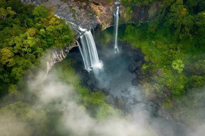 Thác Hang Én hiện lên như dải lụa trắng giữa núi rừng hoang sơ khi nhìn từ trên cao. Ngọn thác là điểm đến dành cho những người ưa khám phá thiên nhiên, nằm trong khu Bảo tồn thiên nhiên Kon Chư Răng, huyện K'bang. Thác Hang Én cao 50 m với dòng chảy thẳng đứng. Nếu may mắn, du khách có thể bắt gặp sương mù và cầu vồng tại đây. Dưới chân thác là những khối đá xếp chồng lên nhau tạo thành những bậc thang giữa dòng nước xanh bạc.