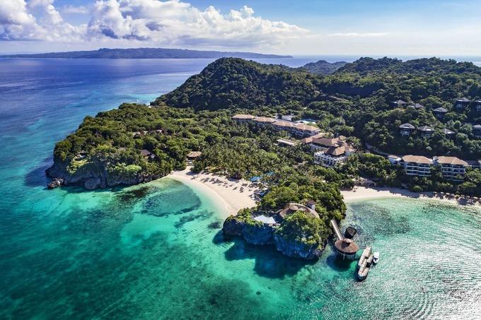 Từ hàng chục năm qua, người Philippines nghĩ rằng quốc gia của họ có 7.107 hòn đảo. Nhưng vào năm 2013, Cơ quan Thông tin Tài nguyên và Bản đồ Quốc gia (NAMRIA), thuộc Bộ Tài nguyên và Môi trường Philippines, áp dụng một công nghệ mới cho phép họ tiếp cận những phần đất nổi lên giữa đại dương. Cuối cùng, NAMRIA phát hiện thêm hơn 500 hòn đảo chưa từng được biết đến. Hiện tại, người dân chỉ định cư trên khoảng 25% tổng số 7.641 hòn đảo của quốc gia này.  Năm 2018, 3 hòn đảo đẹp nhất thế giới do tạp chí Condé Nast Traveler bình chọn đều nằm ở đây là Boracay (ảnh), Cebu và Palawan. Ảnh: Publituris.