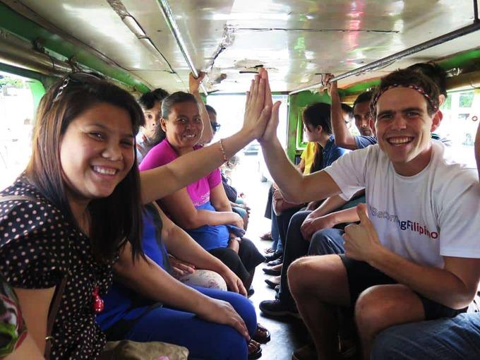 """Khách nước ngoài đến đảo quốc này thường được gọi là ông bà (sir hoặc ma'am), bất kể tuổi tác. Người Philippines dùng kính ngữ """"ate"""" và """"kuya"""" (nghĩa là anh chị) khi xưng hô với người lớn tuổi hơn mình một chút. Người già, khuyết tật và phụ nữ đang mang thai còn có hàng lối riêng khi chờ đợi tại ngân hàng, quán ăn, bến taxi để không phải đứng trong đám đông. Tuy nhiên, phép lịch sự của người Philippines có thể tạo ra những tình huống hài hước và thử thách khả năng ứng xử của khách nước ngoài. Ví dụ, bạn sẽ hiếm khi nghe thấy một người Philippines thẳng thắn trả lời """"không"""" khi bạn hỏi điều gì đó. Ảnh: Mad Monkeys."""