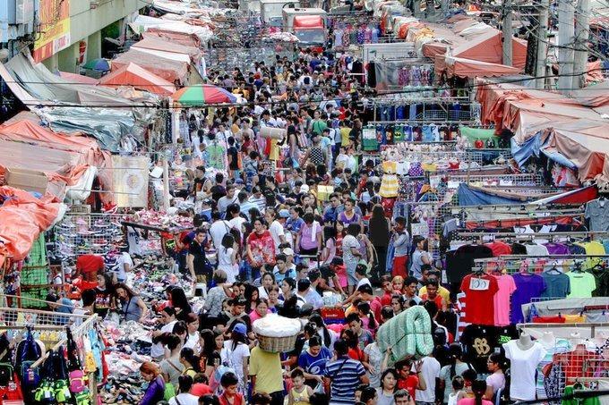 Manila được xếp hạng là thành phố có mật độ dân số cao nhất thế giới (và tắc nghẽn giao thông tồi tệ nhất). Thực tế, Manila chỉ rộng 62 km2 nhưng có tới gần 1,7 triệu dân, tỷ lệ sinh tại Manila là khoảng 3 trẻ em trên một phụ nữ. Điều này ảnh hưởng nghiêm trọng đến chất lượng cuộc sống của người dân. Ảnh: Good News Pilipinas.