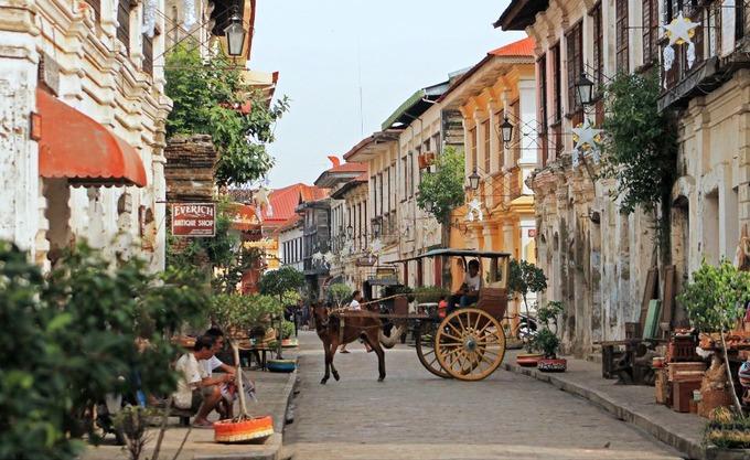 Philippines từng là thuộc địa của Tây Ban Nha, Mỹ và Nhật Bản. Tàn dư của chế độ thuộc địa vẫn còn tồn tại tới ngày nay khi du khách có thể tìm thấy kiến trúc phương Tây tại đây. Trên ảnh là thị trấn Tây Ban Nha cổ Vigan nằm ở phía tây đảo Luzon, nơi được UNESCO công nhận là di sản thế giới.  Người Tây Ban Nha đến Philippines vào thế kỷ 16 và thuộc địa hóa đảo quốc này trong hơn 330 năm, dù người Anh chiếm đóng Manila trong thời gian ngắn từ 1762 đến 1764. Năm 1898, Tây Ban Nha buộc phải bán Philippines cho Mỹ sau thất bại trong Chiến tranh Mỹ - Tây Ban Nha. Mỹ nắm quyền cho đến khi Nhật Bản xâm chiếm Philippines trong Thế chiến II, nhưng quân đội Nhật phải rời đi sau thất bại vào năm 1945. Ảnh: Philippines Travel Site.