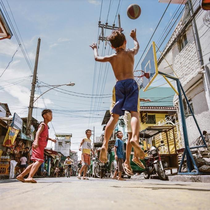 Bóng rổ vô cùng phổ biến ở Philippines kể từ khi người dân biết đến môn thể thao này trong những năm đầu quân đội Mỹ chiếm đóng. Năm 1975, Hiệp hội Bóng rổ Philippines (PBA) được thành lập. Các vận động viên chuyên nghiệp từ khắp nơi trên thế giới, gồm cả Mỹ, tới chơi trong giải đấu này. Ảnh: Kevin Couliau/Vice.