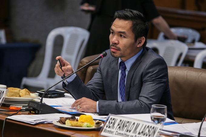 Manny Pacquiao là một trong những võ sĩ quyền Anh được yêu thích nhất trên thế giới, nhưng ít người nước ngoài biết rằng nhà vô địch này đang phục vụ nhiệm kỳ thượng nghị sĩ đầu tiên. Năm 2010, Pacquiao dùng địa vị nổi tiếng của mình để dấn thân vào con đường chính trị. Anh được bầu làm thành viên của Hạ viện Philippines, đại diện cho tỉnh Sarangani trên đảo Mindanao. Năm 2016, Pacquiao quyết định tranh cử chức cao hơn, và cuối cùng có một ghế trong Thượng viện Philippines. Hiện thượng nghị sĩ toàn thời gian này vẫn tiếp tục đấu boxing.