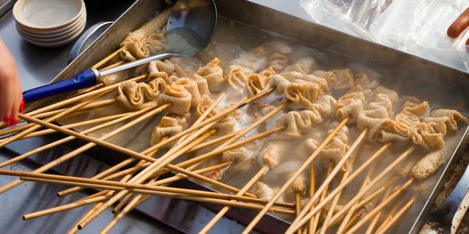 Xiên chả cá (odeng)  Odeng là món ăn vặt vô cùng nổi tiếng, xuất hiện trong rất nhiều các bộ phim truyền hình. Chả cá ăn ngon nhất khi kết hợp với nước sốt cay nóng. Món ăn này cũng dễ dàng tìm thấy tại những chiếc xe tải bán đồ ăn nhanh. Ảnh: Axelwally.