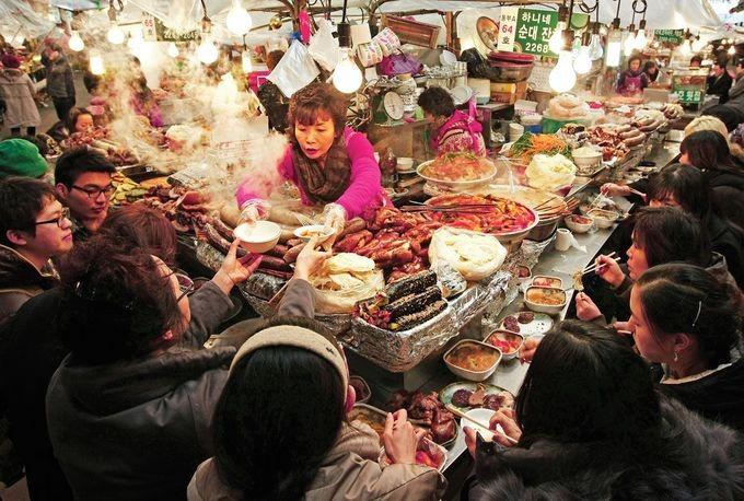 Những địa chỉ gợi ý cho bạn tại Seoul là chợ Gwangjang, chợ Tongin, chợ Namdaemun, chợ đêm Bamdokkaebi, phố Myeongdong và Dongdaemun, Common Ground... Ảnh: Saveur.