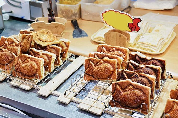 Bánh cá (bungeoppang)  Bánh cá được đặt tên theo hình dáng của bánh, chứ không phải do nguyên liệu làm bánh. Những chiếc bánh được đổ theo khuôn hình cá chép, vỏ bánh chủ yếu làm bằng bột mì ẩn bên trong là nhân đậu đỏ ngọt bùi. Bánh ngon nhất khi ăn lúc còn nóng, đặc biệt vào những ngày đông lạnh giá. Bạn có thể tìm thấy bánh cá ở các quán ăn đường phố, đôi khi cả các nhà hàng cũng phục vụ như một món tráng miệng. Ảnh: D Magazine.