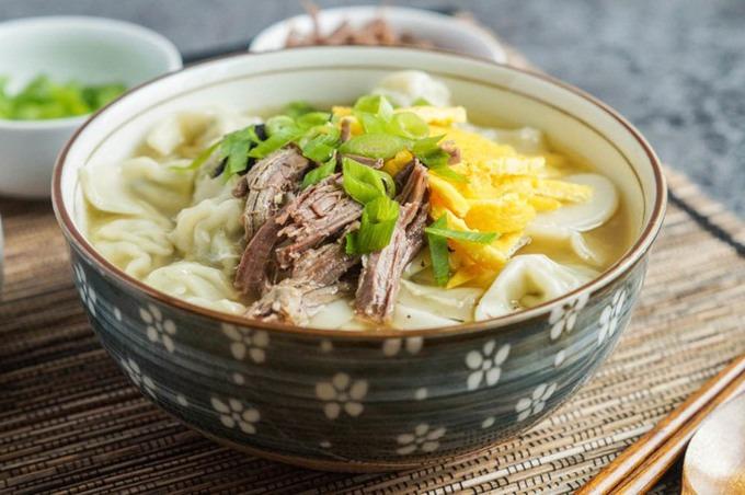Súp (manduguk và tteokguk)  Tương tự như cháo, hai món súp này rất được yêu thích tại các gia đình vào mùa đông tại Hàn Quốc. Súp manduguk có cả bánh gối mandu còn súp tteokguk thì dùng bánh gạo thái lát. Bạn cũng có thể kết hợp cả 2 món súp này thành một. Ảnh: Taras Multicultural Table.