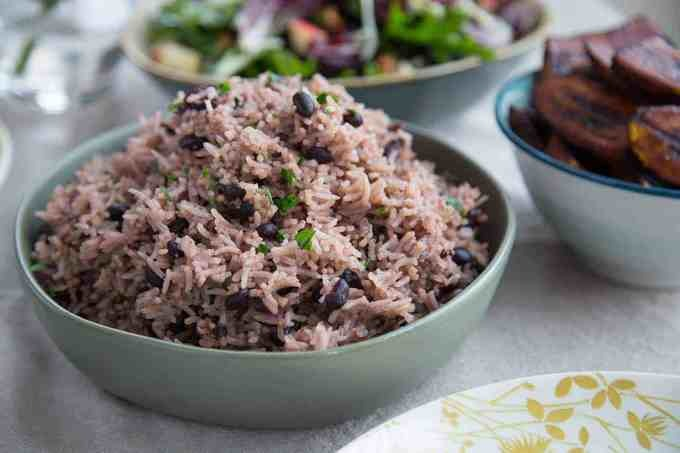 Cơm ngũ cốc (Ogokbap)  Ogokbap là một món cơm truyền thống của Hàn Quốc được nấu từ gạo nếp với hạt kê, đậu đỏ và đậu đen. Thời xưa, món ăn này thường được nấu vào Rằm tháng Giêng (Âm lịch), với hy vọng một vụ mùa ấm no, thuận lợi. Ngày nay, nó đã trở thành một món ăn phổ biến không chỉ ở các gia đình, mà còn trong các nhà hàng. Hương vị khác nhau của từng loại hạt tạo nên một món ăn vô cùng đặc biệt, chắc chắn bạn phải thử khi tới Hàn Quốc du lịch. Ảnh: Pinimg.