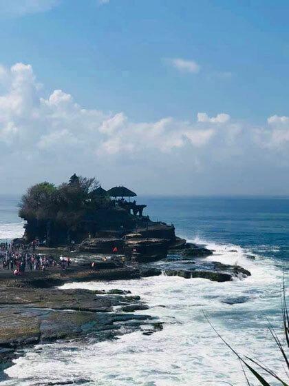 Từ xa nhìn lại, ngôi đền nằm chơ vơ giữa biển.
