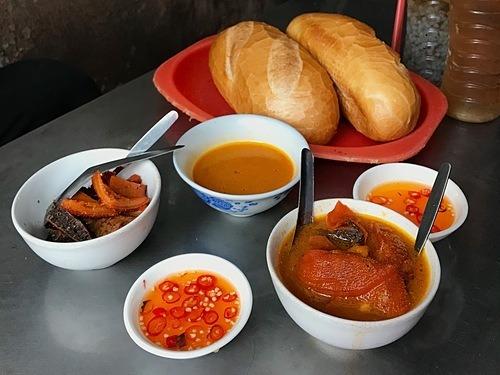 Phá lấu  Món ăn được người Hoa du nhập vào thành phố từ trăm năm nay, mang đặc trưng bởi nước dùng màu nâu sóng sánh cùng vị ngọt của thịt, vị béo ngậy của nước cốt dừa, cay nồng của quế và ngũ vị hương. Ở Sài Gòn, có nhiều phiên bản phá lấu như nội tạng bò, heo, dê; ăn cùng bánh mì, mì gói, phá lấu xiên, phá lấu nướng. Gia vị ăn kèm thông thường là mắm me pha ớt tạo vị chua cay. Từ 15.000 đồng, thực khách có thể dùng một phần phá lấu nóng cho bữa ăn nhẹ.  Địa chỉ gợi ý: Các quán phá lấu trong chợ 200 (quận 4), hẻm ăn vặt 76 Hai Bà Trưng (quận 1), chợ Bàn Cờ (quận 3), hẻm 177 Lý Tự Trọng (quận 1). Ảnh: Tâm Linh.