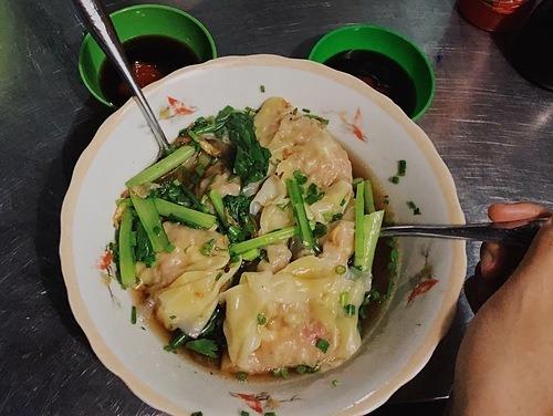 Sủi cảo  Đây là món ăn thường có mặt trong dịp lễ tết ở Trung Quốc được người Hoa mang vào Việt Nam. Nguyên liệu để làm nhân sủi cảo gồm thịt nghiền và rau. Sau đó nhân được gói trong lớp vỏ bột cán mỏng màu vàng nhạt, nắn thuôn dài và gấp nếp trên viền bánh. Sủi cảo thường chế biến theo kiểu hấp hoặc luộc và được phục vụ trong nước dùng nóng hổi, trong vắt, có vị ngọt thanh từ xương thịt. Món ăn sẽ ngon hơn khi kèm các gia vị như giấm đỏ, nước tương, ớt tươi. Để ăn nhẹ, thực khách nên gọi một bát sủi cảo 5 - 7 chiếc, giá khoảng 30.000 đồng.  Địa chỉ gợi ý: Đường Hà Tôn Quyền (quận 11), đường Nguyễn Trãi (quận 5) hoặc trong các tiệm bán hủ tiếu mì. Ảnh: Tâm Linh.