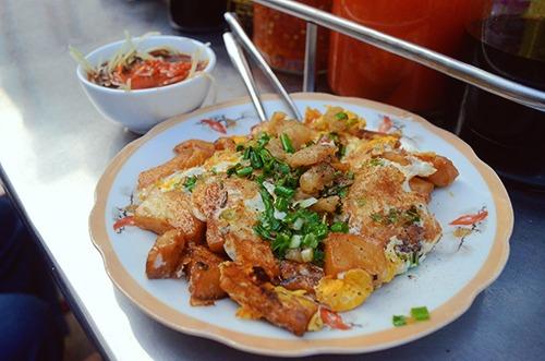 Bột chiên  Xuất phát từ món ăn nhẹ của người Hoa ở Chợ Lớn, bột chiên đã được biến tấu để hợp vị với người Việt. Miếng bột được cắt vuông chứ không dài như bản gốc, đồng thời chiên ngập dầu nên giòn hơn. Bột sắn nhuyễn khi chiên lên có độ chín dẻo bên trong và lớp vỏ vàng rộp, thơm.  Trứng là thành phần tạo sự kết dính những miếng bột thành tấm bánh. Đu đủ ngâm chua và chén nước chấm ăn kèm chống ngấy. Một đĩa bột chiên đầy đặn có giá từ 15.000 đến 20.000 đồng.  Địa chỉ gợi ý: Hẻm 76 Hai Bà Trưng (quận 1), quán nhỏ ở hẻm 185 Võ Văn Tần (quận 3), các xe bán lưu động ở khu người Hoa (quận 5, 6,10, 11). Ảnh: Di Vỹ.