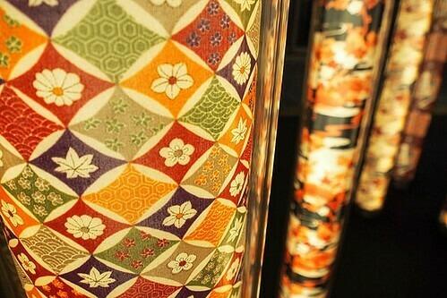 Hoa văn được nhuộm từ kỹ thuật Yuzen. Ảnh: Flickr.