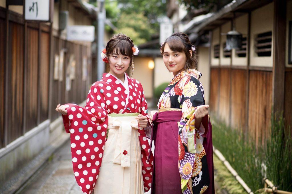 Mặc từ phải sang trái: Khi mặc kimono, bạn phải tuân thủ quy tắc đối với trang phục truyền thống này. Juban trước là loại kimono lót không thể thiếu để giúp trang phục khỏi bẩn. Theo tục lệ, người mặc phải quấn từ bên phải trước rồi mới quấn sang bên trái. Người Nhật chỉ làm chiều ngược lại khi dự tang lễ. Ngoài ra, bạn phải đi guốc gỗ và mang tất tabi trắng. Ảnh: Question Japan.