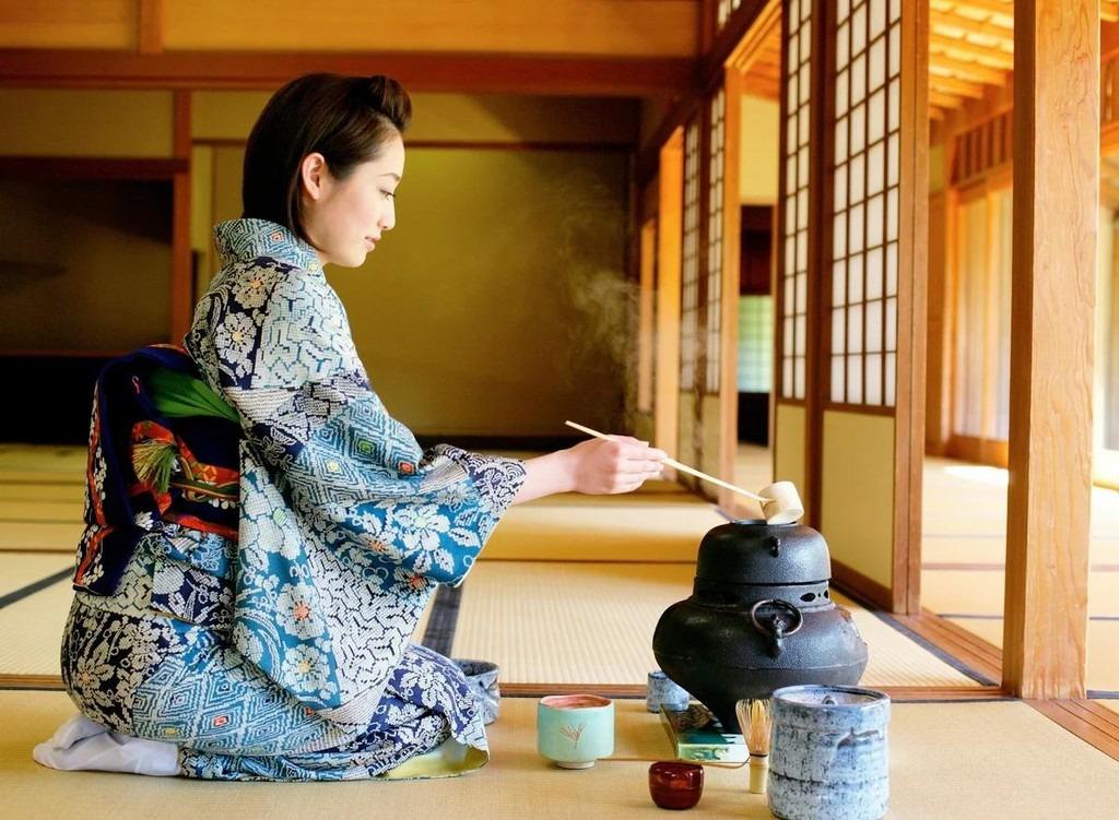 Ngồi quỳ gối: Khi mặc kimono, người Nhật phải thực hiện kiểu ngồi Seiza (ngồi quỳ gối). Bạn cần quỳ gối xuống sau đó điều chỉnh 2 ngón chân cái chồng lên nhau và có thể dùng tay chống xuống để giữ thăng bằng. Ảnh: Scale_1200.