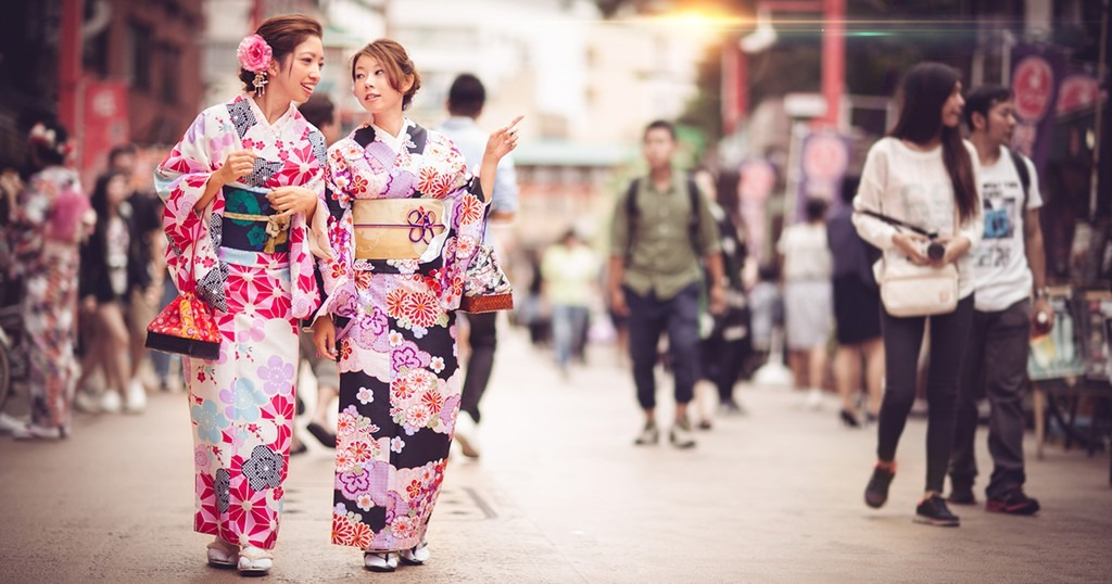 Đi chậm: Khi dạo phố với trang phục kimono, bạn phải đi sao cho 2 bàn chân luôn ở khoảng cách gần nhau. Cách đi này sẽ giúp người mặc bước đi duyên dáng và thanh lịch hơn. Tuy nhiên, khi vội, bạn có thể cầm váy bằng tay để di chuyển nhanh hơn. Ảnh: Activity Japan.
