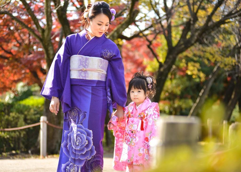 Chọn loại trang phục phù hợp: Màu sắc kimono phải phù hợp với độ tuổi người mặc. Trẻ em và phụ nữ chưa chồng sẽ chọn những màu sáng như đỏ, vàng… Kimono có 2 loại tay rộng và tay ngắn. Phụ nữ lấy chồng thường mặc loại tay ngắn. Nam giới sẽ mặc kimono có vành khăn đơn giản và hẹp. Nữ giới thường chọn trang phục hoạ tiết hoa, lá. Ảnh: ProPhotos Japan.