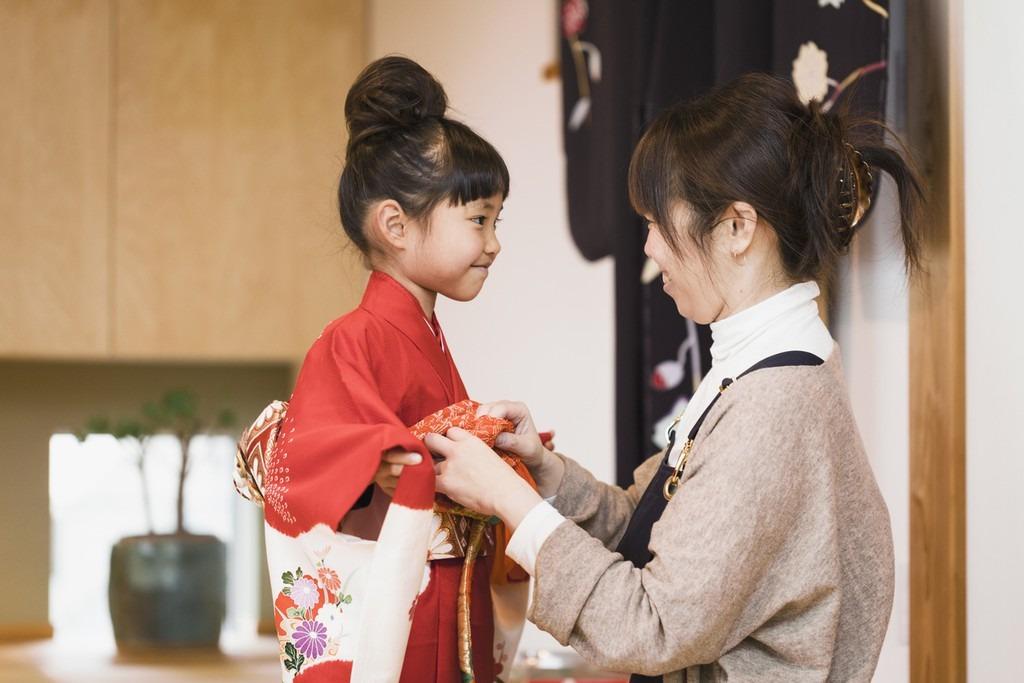 Trang phục được may thủ công: Trang phục kimono không sản xuất đại trà mà được làm thủ công, được coi như là tác phẩm nghệ thuật công phu từ giai đoạn chọn vải, phối màu, hoa văn đến loại phụ kiện đi kèm. Kimono được thiết kế với 8 miếng vải ghép với nhau. Mỗi bộ có màu sắc và họa tiết khác nhau. Ảnh: Savvy Tokyo.