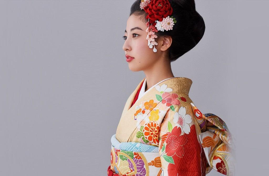 Phụ nữ mặc duy nhất một cỡ: Kimono dành cho phụ nữ không có nhiều kích cỡ khác nhau. Do đó, người phụ nữ khi mặc sẽ tự bó y phục lại cho phù hợp với cơ thể của mình. Ảnh: Awomusic.