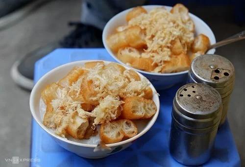 Cháo sườn sụn Món cháo dẻo sánh, nóng hổi là gợi ý thích hợp cho những ngày mưa lạnh ở Hà Nội. Được nấu từ bột gạo xay, cháo quẩy thường sánh và mịn hơn các loại cháo thông thường. Cháo thường được ăn kèm sườn sụn ninh mềm, ruốc hoặc trứng cút. Khi ăn, bạn có thể cho thêm hạt tiêu và bột ớt để làm ấm cơ thể. Cháo quẩy được bán ở nhiều con phố Hà Nội với giá từ 15.000 - 40.000 theo yêu cầu của thực khách. Địa chỉ gợi ý là quán cháo ngõ Huyện, Lý Quốc Sư (7h - 22h), quán Huyền Anh (18h - 3h sáng), quán cháo 37 ngõ Lương Sử C (7h - 10h và 16h - 19h).