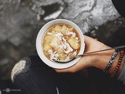Chè sắn nóng  Thơm nồng với nước đường nấu gừng và vị bùi béo của sắn, đây là một trong những món đổi vị trong ngày lạnh. Bạn có thể thưởng thức chè sắn nóng hổi ở 39 Lý Quốc Sư, số 58 ngõ chợ Ngô Sĩ Liên hay các gánh hàng rong ở phố Lãn Ông với giá từ 10.000 - 20.000 đồng.