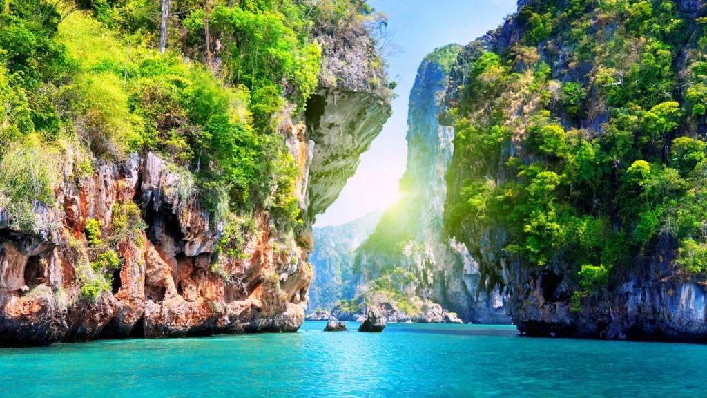 Pattaya: Pattaya được xem là một trong những trung tâm du lịch của Thái Lan, nơi chỉ cách Bangkok khoảng 2 giờ di chuyển. Đến Pattaya bạn có thể ngắm bãi biển xanh biếc và hòa mình trong nhịp sống về đêm sôi nổi của thành phố. Ảnh: Wallpapershome.