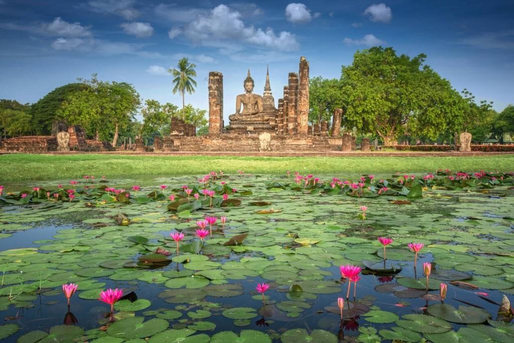 """Sukhothai: Sukhothai theo nghĩa đen có nghĩa là """"Bình minh của hạnh phúc"""". Đây từng là cố đô đầu tiên của Thái Lan. Một trong những điểm thu hút du khách nhất tại nơi này là công viên lịch sử Sukhothai, nơi được UNESCO công nhận là Di tích Lịch sử Thế giới. Bạn có thể đến Sukhothai để tìm hiểu văn hóa và ngắm toàn cảnh cố đô để cảm nhận sự tráng lệ, huy hoàng. Ảnh: AS Creation."""