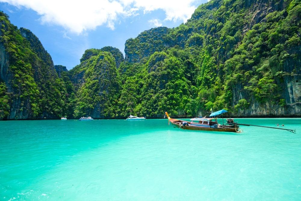 Krabi: Krabi nằm phía nam Thái Lan, nơi được nhiều du khách nhận xét có khung cảnh tựa thiên đường. Đến đây, bạn như lạc vào thế giới màu xanh kỳ diệu, với các hoạt động thú vị như lặn biển ngắm san hô và thưởng thức đồ hải sản tươi ngon. Krabi cũng là nơi có hang động đá vôi và rừng ngập mặn, cho bạn trải nghiệm những cuộc phiêu lưu thú vị. Ảnh: Thai Airways.
