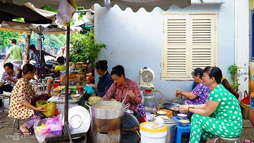 Cháo lòng  Đây là món ăn bình dân, phổ biến ở đường phố Sài Gòn. Hạt gạo được nấu nở bung và có màu cánh gián là đặc trưng của tô cháo lòng. Sự thành công của món ăn còn nằm ở cách đầu bếp có xử lý lòng heo kỹ và nêm nếm dậy vị hay không. Món ăn thường được phục vụ kèm quẩy.