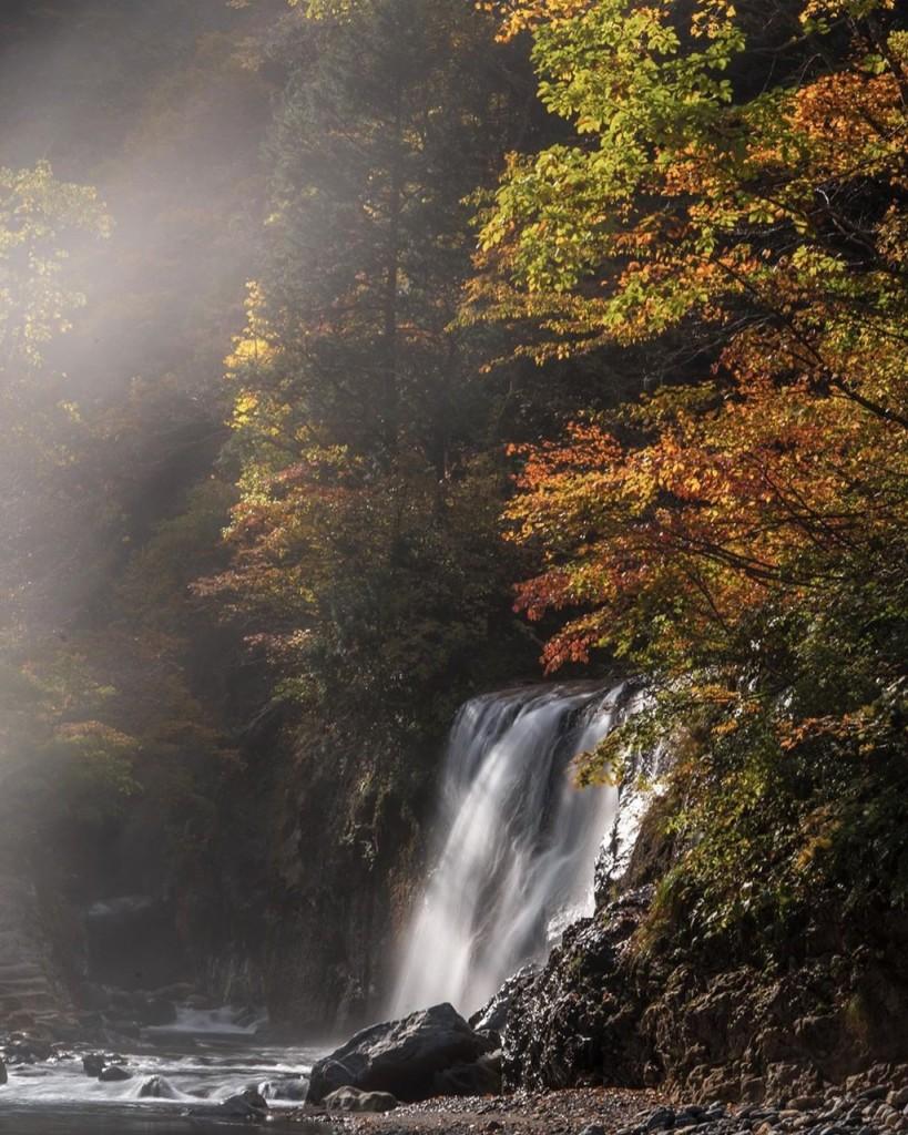 Trên đường ngắm lá đỏ mùa thu, du khách có thể dừng chân chiêm ngưỡng những dòng thác đổ trắng xoá trên núi Hakusan. Các thác nước nổi tiếng du khách không thể bỏ quan là Shiritaka, Fukube và Ubagataki. Thác Ubagataki còn có cả không gian tắm lộ thiên cho du khách thư giãn. Ảnh: sti_zzz, heart_of_gold_55.