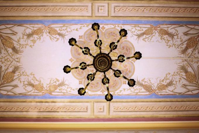 Tất cả hoa văn trên trần nhà cũng do hoạ sĩ Pháp vẽ. Trải qua 100 năm nhưng nước sơn, nét vẽ vẫn còn nguyên vẹn.