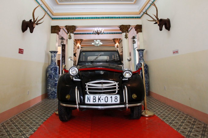"""Phần nhà bếp của căn nhà được cải tạo thành quầy bán vé cho khách quan. Trong nhà còn trưng bày nhiều đồ vật gắn liền với giai thoại của """"Hắc công tử"""". Đây chiếc ôtô được ông Trần Trinh Trạch mua năm 1930 tại Sài Gòn để đón con trai là Công tử Bạc Liêu đi du học Pháp trở về."""
