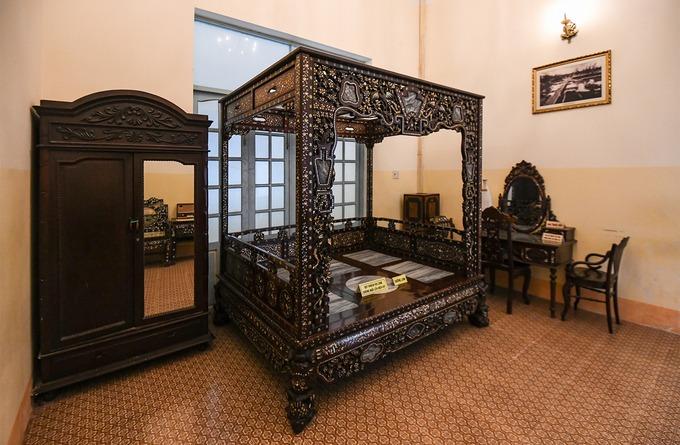 Trong nhà Công tử Bạc Liêu có giường nóng và giường lạnh. Giường lạnh làm từ gỗ sưa, khảm đá cẩm thạch được dùng vào mùa hè. Giường nóng làm từ gỗ giáng hương, có khả năng giữ ấm cho cơ thể được ông Trần Trinh Huy dùng vào mùa mưa.