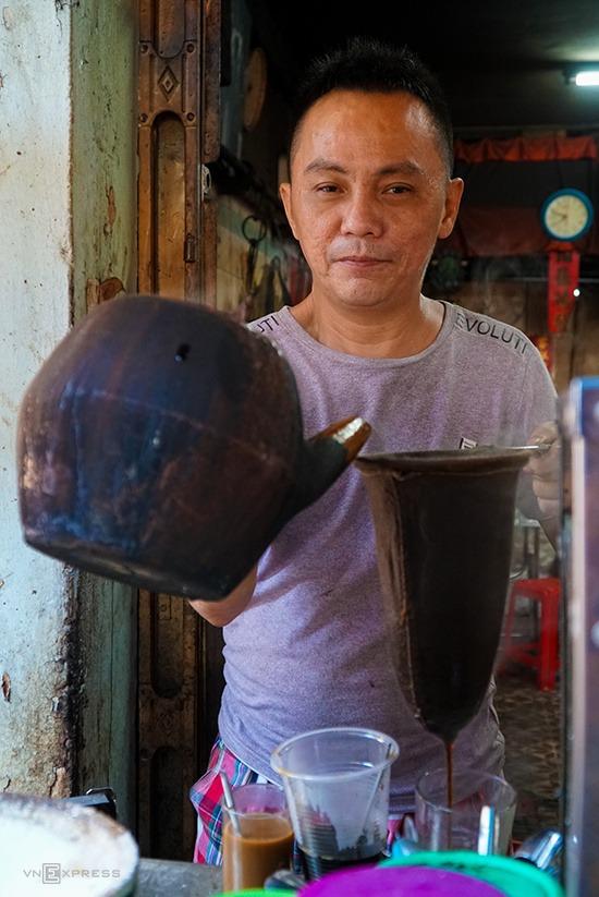 Đi xa hơn từ trung tâm thành phố đến quận 5, bạn có thể trải nghiệm vị cà phê vợt của người Hoa. Theo con đường chính dẫn vào chợ Phùng Hưng, bạn sẽ tìm ra quán Ba Lù dù địa chỉ này nằm lọt thỏm giữa những sạp quần áo, hàng đồ ăn.  Nước cà phê được pha bằng vợt thường loãng chứ không sánh đặc. Ly cà phê đen ở các quán có mùi thơm dễ cảm nhận bằng mũi. Giá mỗi ly từ 15.000 đồng.