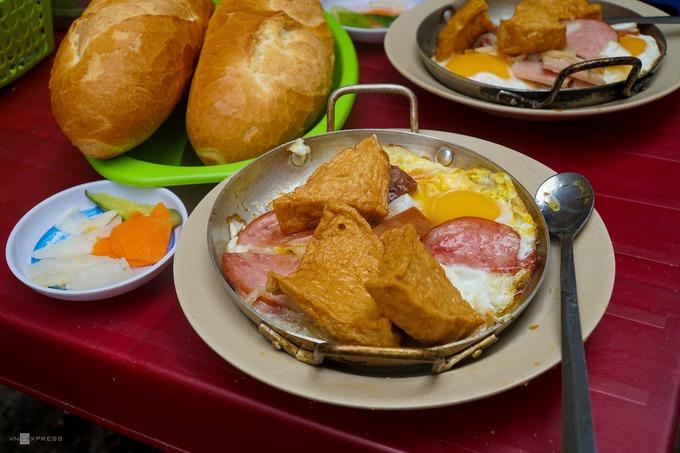 Một phần thập cẩm bao gồm trứng gà, thịt nguội, xúc xích, chả cá, chả lụa được chiên cháy cạnh nóng hổi, dùng kèm ổ bánh mì và đồ chua để riêng. Thực khách có thể gọi theo sở thích.  Nơi đây mở cửa từ 6h đến 11h hàng ngày. Giá mỗi chảo thập cẩm từ 50.000 đến 60.000 đồng.