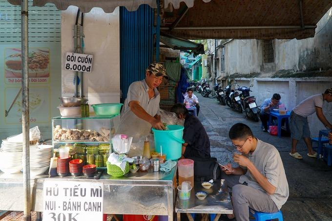 Không nổi tiếng nhưng hàng trăm quán ăn bình dân nằm trước các con hẻm vẫn là sự lựa chọn của nhiều người Sài Gòn. Đó có thể do hương vị quen thuộc hoặc sự tiện lợi, giá cả phù hợp.