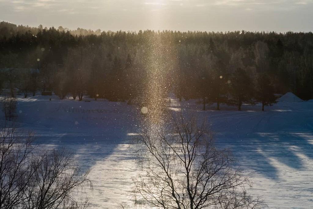 Bụi kim cương hình thành khi nhiệt độ đóng băng xuống dưới âm 15 độ C. Những tinh thể tuyết hoặc hơi ẩm kết tinh rồi rơi xuống đúng lúc ánh Mặt Trời phản chiếu, tạo thành một luồng bụi sáng lấp lánh tựa những viên kim cương. Tương truyền bụi kim cương là dấu chân của các tiên nữ. Vào mùa đông lạnh giá, các tiên nữ giáng trần để giúp đỡ những người lang thang, những lữ khách lạc trong tuyết. Ảnh: yosshy123.