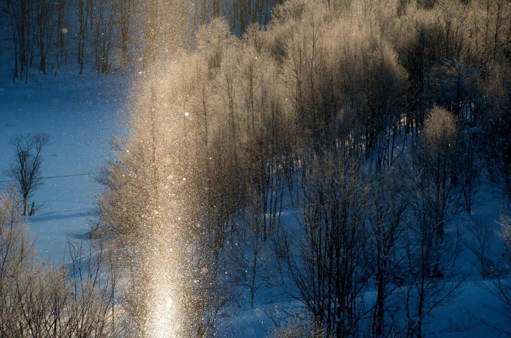 Người dân Hokkaido cho rằng bụi kim cương là món quà mẹ thiên nhiên ban tặng cho mảnh đất lạnh giá, ít tài nguyên này. Dân địa phương thường tổ chức lễ hội ngắm bụi kim cương vào tháng 1-2 hàng năm. Ngắm tuyết rơi mùa đông đã trở thành nét văn hoá độc đáo ở Hokkaido, được duy trì từ thập niên 70 thế kỷ trước. Ảnh: 4travel.