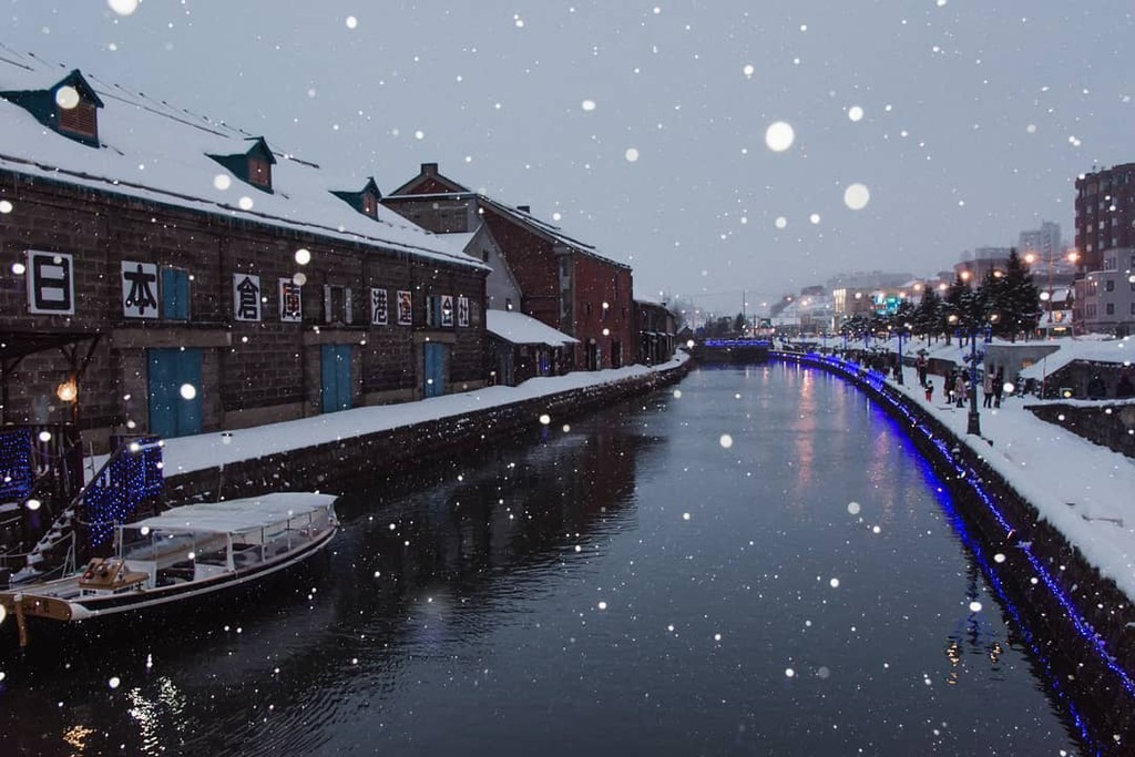 """Một trong những điểm ngắm tuyết đẹp tựa cổ tích ở Hokkaido phải kể đến kênh đào Otaru. Đây là nơi lý tưởng cho các cặp đôi hẹn hò trong mùa lạnh ở Nhật Bản. Với vẻ đẹp lãng mạn, kênh Otaru được mệnh danh là """"Venice phương đông"""". Ảnh: ikatwm."""