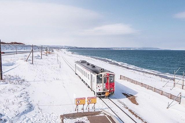 Hokkaido là hòn đảo lớn thứ hai của Nhật Bản, nằm về cực Bắc, gần nước Nga nên có khí hậu lạnh nhất xứ Phù Tang. Vào mùa hè, nhiệt độ trung bình ở Hokkaido chỉ khoảng 17 độ C, thậm chí một vài nơi có băng tuyết quanh năm. Mùa đông đến, băng tuyết phủ kín hòn đảo với nhiệt độ trung bình khoảng âm 4 độ C. Ảnh: ai2myyy.