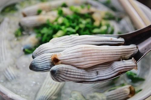 Sá sùng có hàm lượng dinh dưỡng khá cao, thường được chế biến món ăn để bồi bổ sức khỏe. Đây từng là nguyên liệu để tạo nên vị ngọt của phở. Một kilogram sá sùng tươi tại bãi có giá khoảng 500.000 đồng, nhưng sá sùng sấy khô lên tới 1,8 - 2,5 triệu đồng mỗi kilogram.