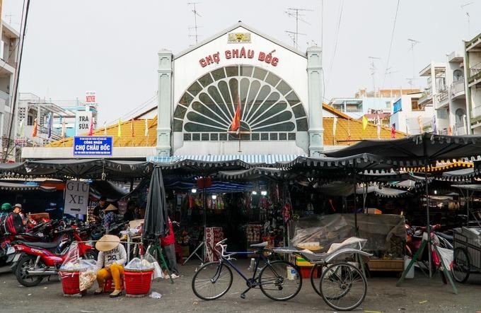 Chợ Châu Đốc là điểm du lịch nổi tiếng, chuyên bán các mặt hàng mắm, thủy hải sản khô ở miền Tây. Chợ nằm ở trung tâm TP Châu Đốc, gần biên giới Campuchia.