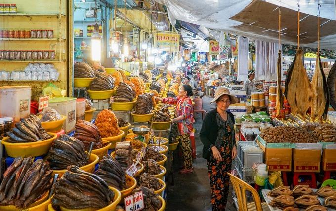 Bên trong chợ chia thành nhiều khu tách biệt, nổi bật là khu bán mắm chiếm hơn nửa diện tích chợ. Tại đây có hàng trăm sạp hàng dành để bán các loại mắm làm từ cá, ba khía, tôm...