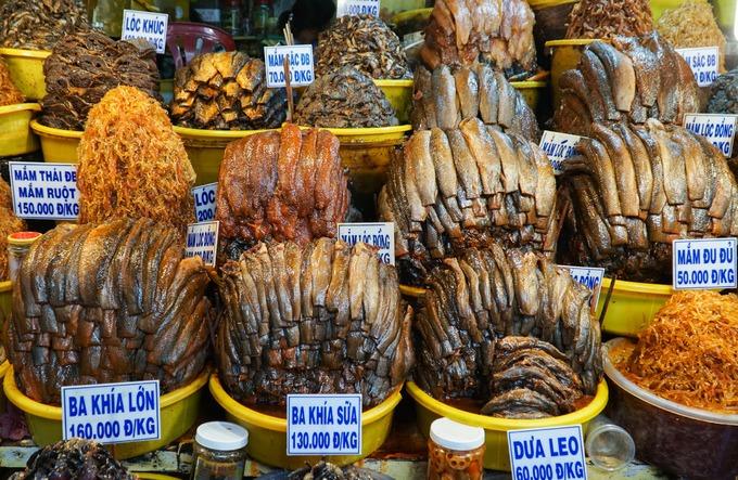 Có khoảng 30 loại mắm được bày trên quầy, mỗi loại có hương vị riêng với những sắc màu óng ánh như mắm cá lóc, cá trèn, cá sặc, cá chốt, cá linh, cá rô... Các sản phẩm tại đây còn xuất khẩu sang Lào và Campuchia với số lượng lớn.