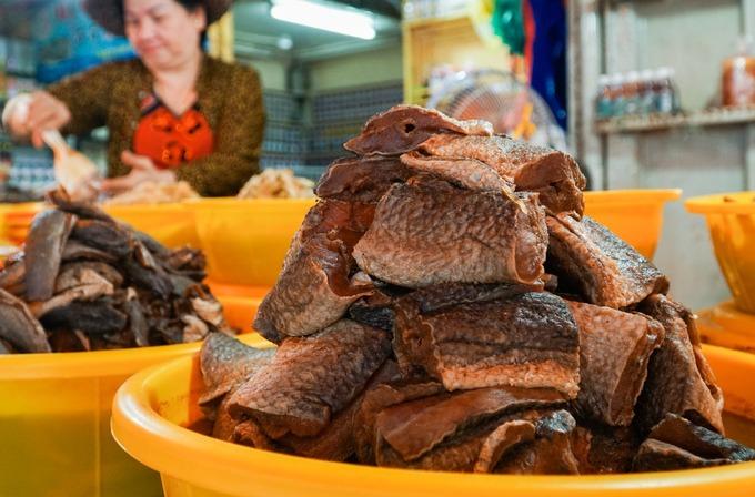 """""""Chỉ riêng cá lóc có thể làm mắm lóc đồng, cắt khúc, xay, phi lê, ruột cá... Mỗi loại lại có hương vị, cách chế biến khác nhau, tùy vào gu ẩm thực mỗi người"""", bà Út (50 tuổi), tiểu thương bán mắm ở chợ, cho biết."""