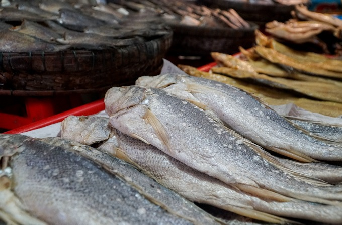 Bên cạnh mắm, chợ còn bán rất nhiều loại khô. Phổ biến thường là khô cá tra, ba sa, sặc, lóc... Ngoài ra còn nhiều loại khác như khô rắn, nhái có giá từ vài chục đến hàng trăm nghìn đồng một kg.