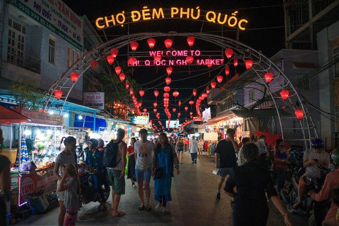 Chợ đêm Phú Quốc nằm ở ngã 3 đường Bạch Đằng - Nguyễn Đình Chiểu. Chợ hoạt động từ 17h đến 23h và đặc biệt đông khách vào những ngày cuối tuần. Đây là một trong những điểm đến hấp dẫn nhất đảo ngọc, được du khách trong nước và quốc tế yêu thích.