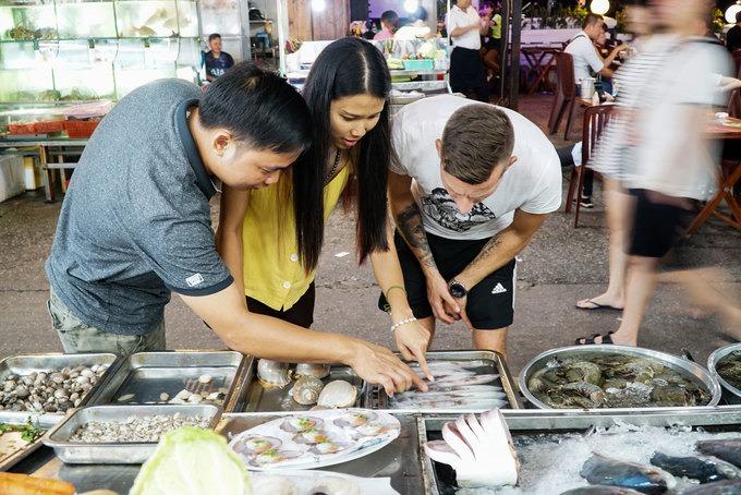Nơi đây chủ yếu bày bán sản phẩm địa phương, hải sản tươi sống, đồ thủ công mỹ nghệ. Một trong những trải nghiệm hấp dẫn nhất ở chợ đêm Phú Quốc là thưởng thức ẩm thực.