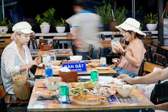 Hải sản sẽ được chế biến ngay tại chỗ để phục vụ du khách. Khu ăn uống được sắp xếp gọn gàng, sạch sẽ. Chợ đêm cũng quy hoạch nơi bán hải sản, bán đồ lưu niệm, đồ ăn vặt theo từng khu nên dù đông đúc, nơi đây trông vẫn ngăn nắp, hợp vệ sinh.